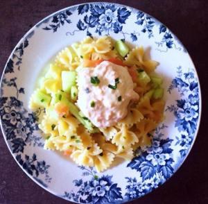 Salade de pates, saumon et concombre