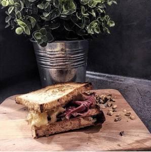 sandwish sans gluten beaufort, jambon fumé, confit d'oignons